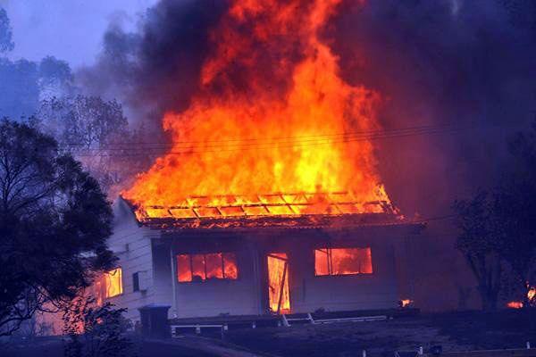 Bendigo residents fighting fires.