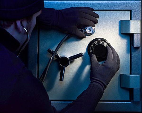Полицейские ведут активные поиски злоумышленников, которые похитили более 200-т тысяч рублей из помещения сберкассы, расположенной в селе Новониколаевка Рубцовского района