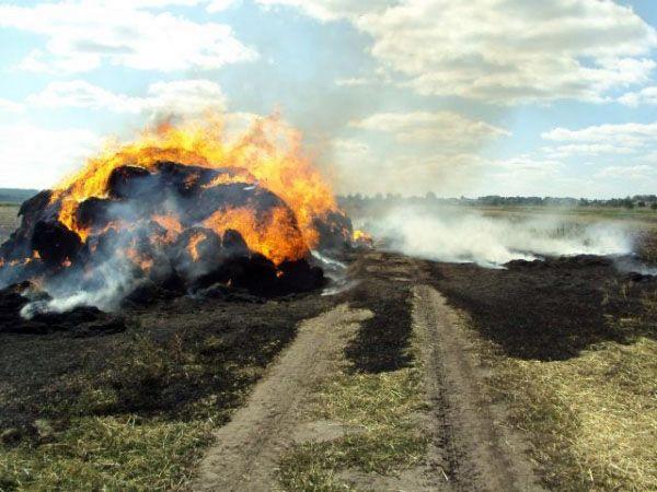 Голопристанські вогнеборці загасили палаючу скирту