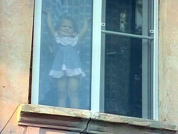 12.ru. Фото. Вечером 26 мая 5-летняя девочка выпала из окна квартиры