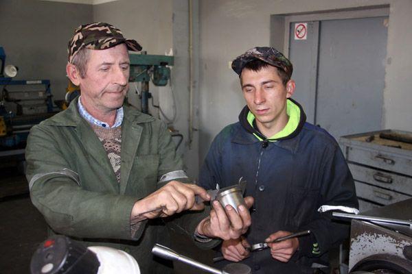 Токари Николай ФУКОВ (слева) и Андрей ГЛУШАКОВ справляются с любым заданием.