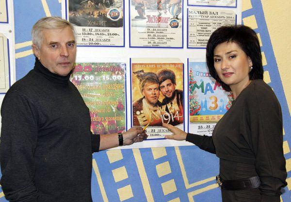 Директор предприятия «Рогачевкиновидеосеть» Елена МЕЛЬНИКОВА и художник-оформитель Евгений МАКСИМЕНКО просматривают афишы.