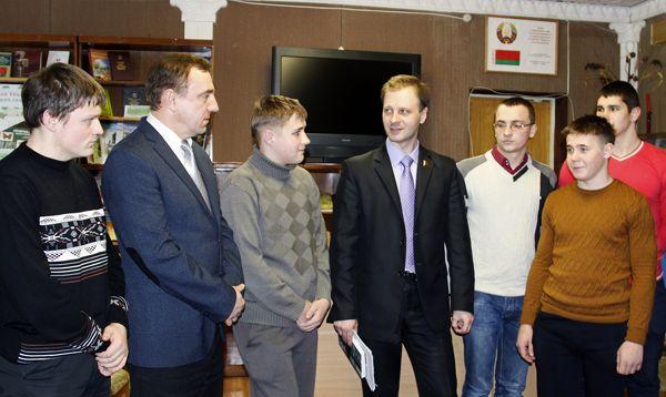 Депутат Владислав ЩЕПОВ беседует с учащимися и преподавателями строительного колледжа.