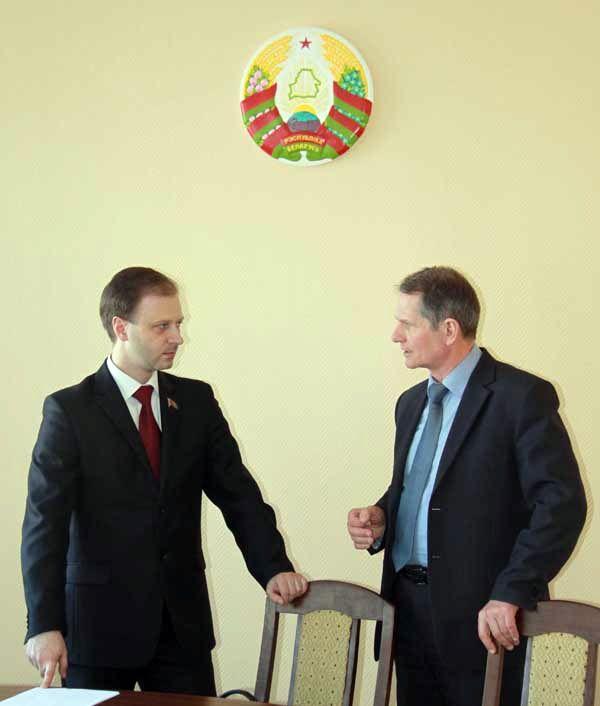Депутат Владислав ЩЕПОВ (слева) внимательно выслушал предложения от  работников МКК.