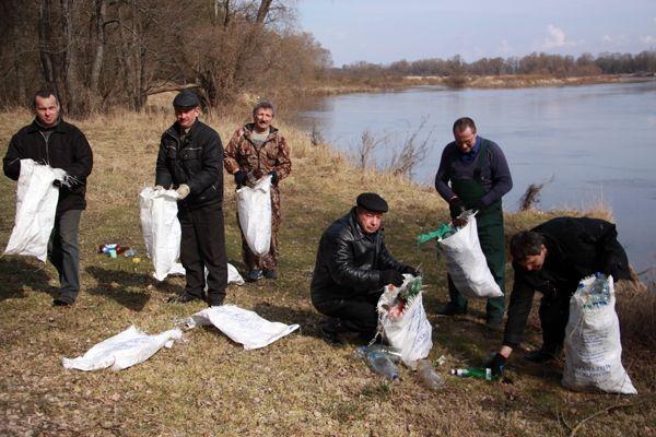 Участники акции «Чистый берег» за минуты заполняли мешки мусором.