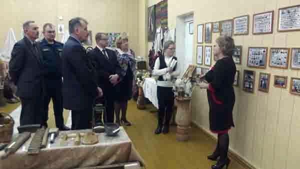 Депутаты знакомятся с историей создания этнографического музея в Кистеневской СШ.