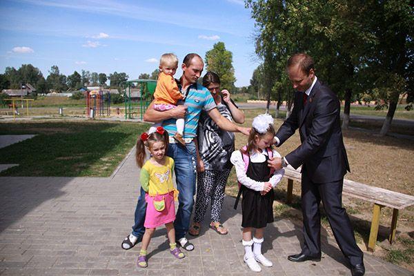 Многодетная семья Иванчиковых из Поболово принимает портфель для старшей дочери от Владислава ЩЕПОВА.