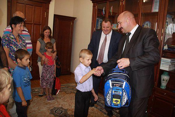 В первый класс  с портфелем  от главы Рогачевского района Сергея ЯКОВЛЕВА