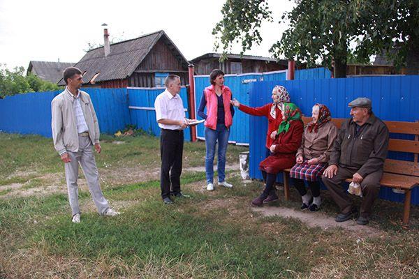 Жители деревни Лисковская Слобода рассказали о своих проблемах заместителю председателя Рогачевского райисполкома Василию КОРОЛЬЧУКУ (второй слева).
