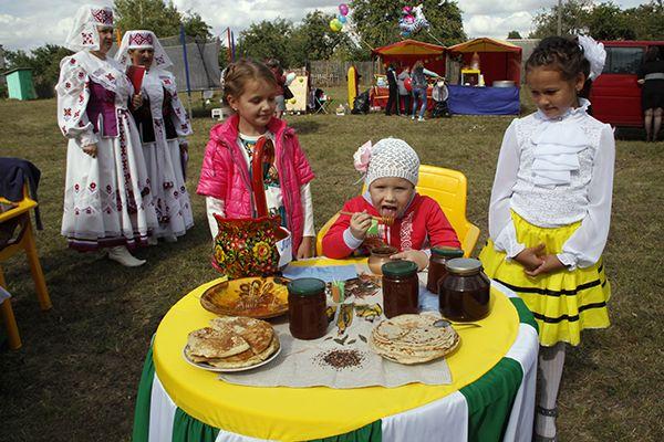 В окружении диких пчел, которые слетелись на сладкий праздник со всей округи, дети наслаждались янтарным лакомством с пышными блинами.