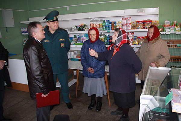 В Станькове встреча руководителей района с сельчанами прошла в помещении магазина.