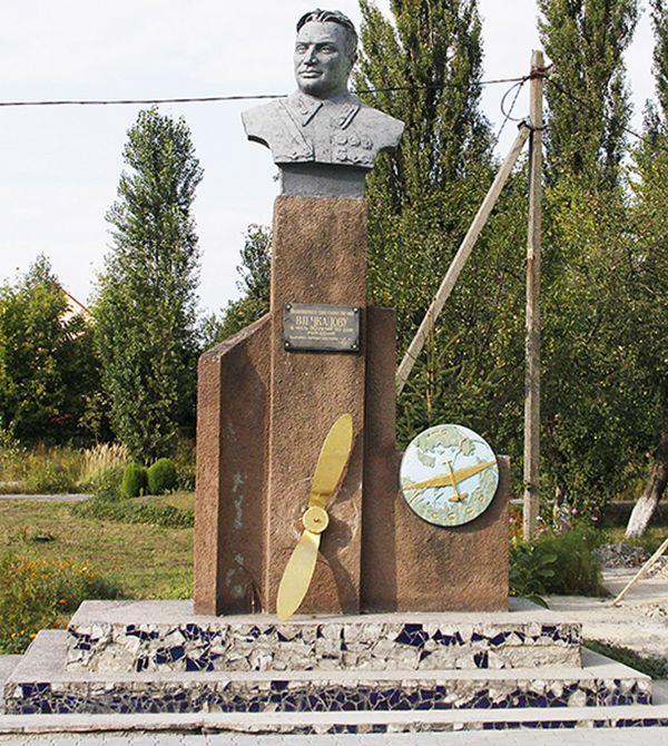 Памятник В.Чкалову в Новоград-Волынском.