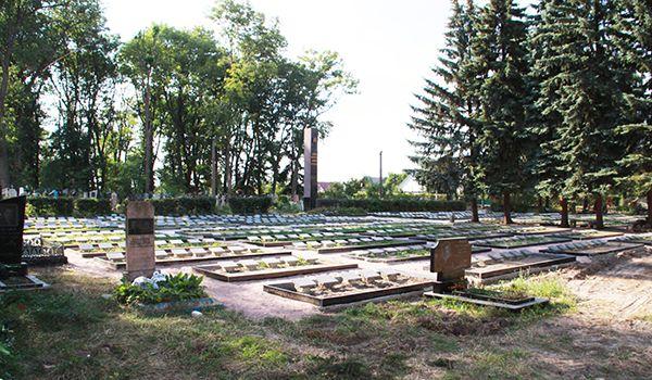 На военном кладбище Новоград-Волынского, где похоронены ветераны ВОВ, идет масштабная реконструкция.