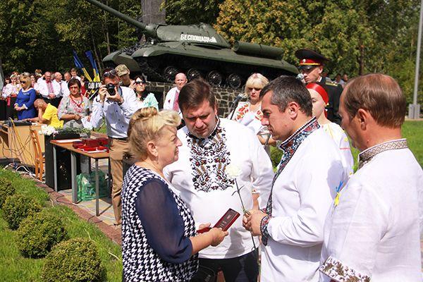 На открытии в Новоград-Волынском памятного знака погибшим на юго-востоке Украины мать убитого солдата получает награду сына.