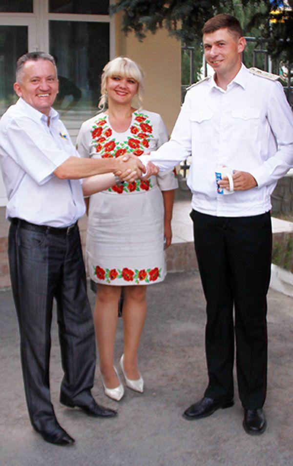 Заместитель председателя Рогачевского райисполкома В.КОРОЛЬЧУК вручает белорусу А.ВАСИЛЬКЕВИЧУ памятный сувенир.