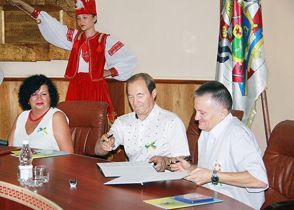 Владимир ЗАГРИВЫЙ и Василий КОРОЛЬЧУК подписывают  Дополнительное соглашение к Договору о побратимстве городов.
