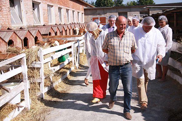 Исполнительный директор «Галекс-Агро» Александр ЯНЕЦ демонстрирует белорусам условия содержания телят.