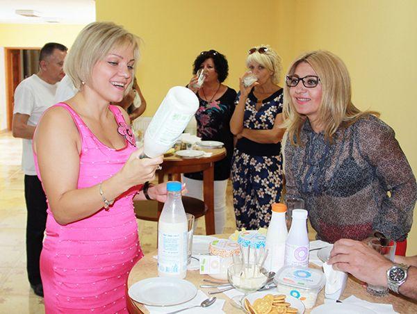 Директор молочного завода «Organic Milk» Елена  СТРЕТОВИЧ (слева) проводит дегустацию молочной продукции.