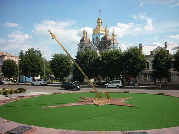 Солнечные часы с памятными табличками в центре Новоград-Волынского.