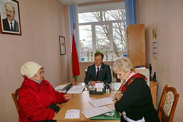 Владислав Щепов (в центре) и его помощник Наталья Демянчук (справа) на приеме граждан в Дворецком сельисполкоме.