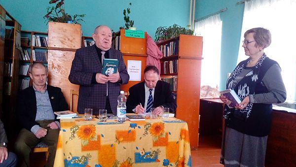 Пісьменнік Васіль ТКАЧОЎ (у цэнтры) выступае на юбілейным вечары  ў Хатаўнянскай бібліятэцы.