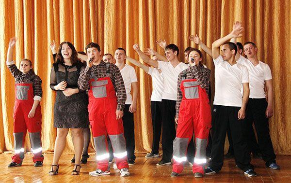 Момент выступления учащихся Рогачевского колледжа строителей в СШ №2.