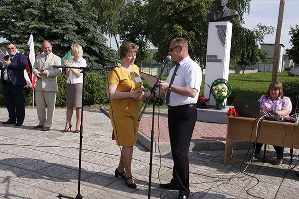 Председатель Рогачевского райисполкома Сергей Денисенко вручает подарочный сертификат директору Журавичской СШ Людмиле Борутенко.