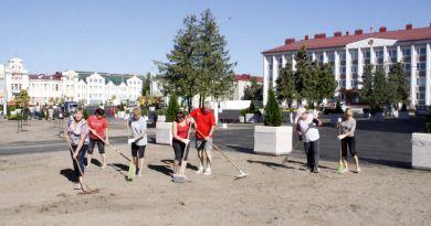Активно потрудились на субботнике работники Рогачевской СДЮШОР-2.