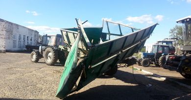 Разбитый прицеп горе-трактористу предстоит восстановить за свой счет.