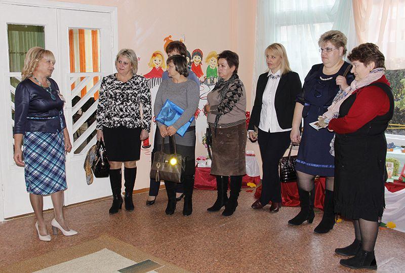 Гости остались довольны теми условиями, которые созданы для воспитанников и работников яслей-сада №10 города Рогачева. И большая заслуга в этом принадлежит заведующей Галине Говядковой (первая слева).
