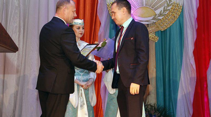 Председатель райисполкома Сергей ДЕНИСЕНКО (слева) вручает награду директору   ГСУ «Турская сортоиспытательная станция» Александру ХАРИТОНЕНКО.