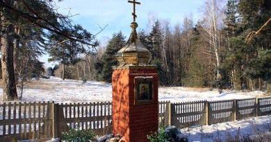 Возле каплицы, установленной по воле благотворительницы, можно  помолиться за упокой усопших и подумать о вечном.