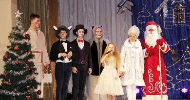 Девочка Алиса познакомила детишек со всеми жителями страны чудес.