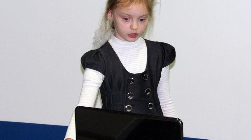 Ученица 2 класса СШ № 6 Доминика МАРЧЕНКО  презентует свою работу в Scratch.