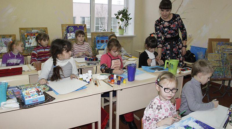 Занятия в «Чудесных красках» проходят под чутким руководством педагога Елизаветы Ведерниковой.