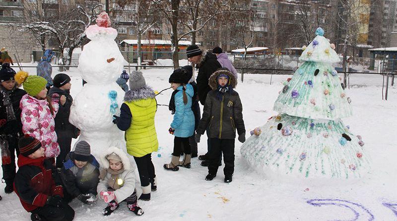 Детишки с удовольствием предались зимним забавам  и от души повозились в снегу.