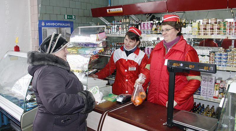 Работники магазина – продавец Ольга СИЛКОВА (слева направо) и исполняющая обязанности заведующей Наталья ТИХОНЕНКО – всегда приветливы с покупателями.