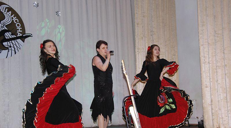 Работница Рогачёвского МКК Инна ВДОВЕНКО порадовала зрителей прекрасным вокалом.
