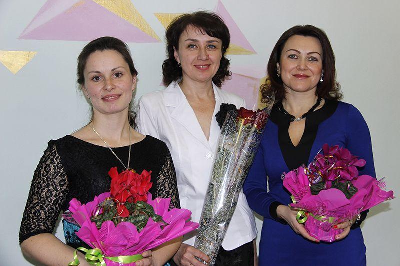 Победительницы конкурса (слева направо) Наталья Пашковская,  Наталья Бычкунова и Олеся Шендерова. Очаровательные улыбки царят на их лицах не только в честь победы, но и каждый день при встрече  с воспитанниками.