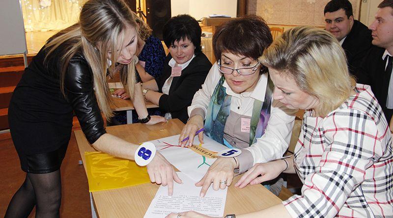 Учитель биологии Кристина ЮРКЕВИЧ (крайняя слева) провела для «учеников» познавательный урок.