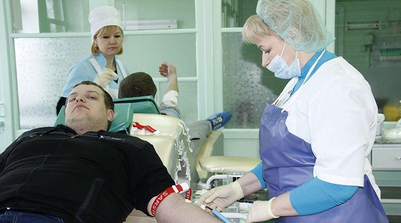Учащийся группы № 32 Рогачёвского колледжа строителей  Сергей КРАВЦОВ первым сдал кровь.