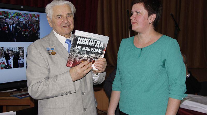 Председатель Гомельского областного отделения Белорусского фонда мира Тимофей Глушаков преподнёс памятный подарок Рогачёвскому педагогическому колледжу.