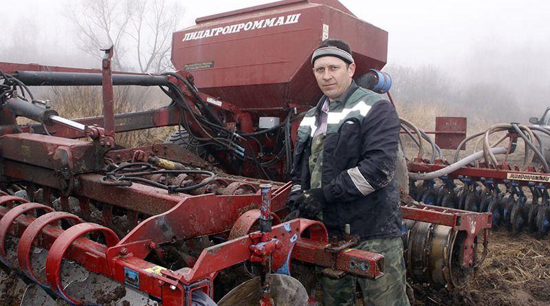 Механизатор Иван МАКСИМОВ 19 лет трудится на большестрелковской ниве.