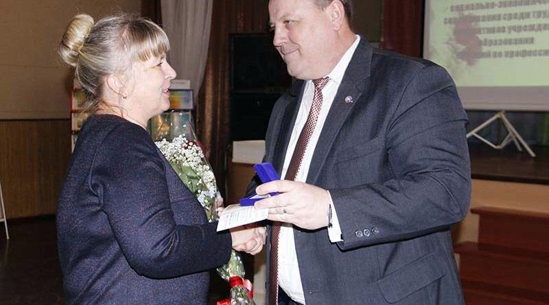 Пётр ГУЗЕЛЕВИЧ с гордостью вручил награду Марине ЯЗВИНСКОЙ –  новому «Отличнику образования Республики Беларусь».