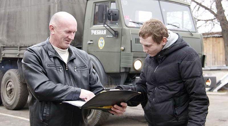 Освоить премудрости водительского дела курсантам автошколы  уже 30 лет помогает мастер производственного обучения управлению механическими транспортными средствами Владимир Гаев (слева).