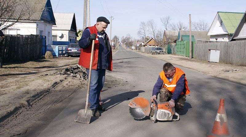 Ремонт дорог коммунальники начали с улицы Лермонтова.