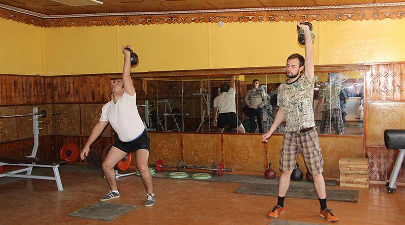 В состязаниях по гиревому спорту участвовали настоящие силачи.