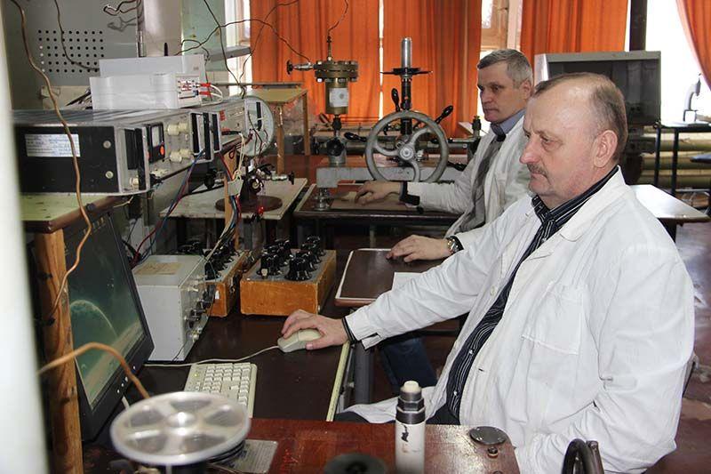 Сборка датчиков избыточного давления – работа не из лёгких,  но Николай САМСОНОВ (на переднем плане) и Николай ПАНИЧКОВ успешно с ней справляются.