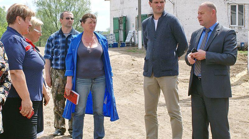 Комиссия под руководством Сергея ДЕНИСЕНКО (крайний справа) встретилась с работниками молочно-товарной фермы СУП «Заболотье-2010».