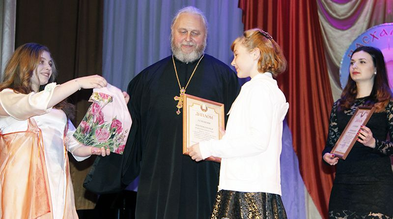 Отец Алексей наградил лучших участников Пасхального фестиваля.